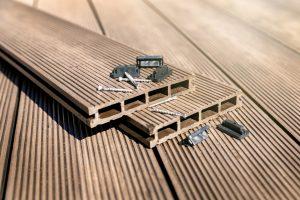 Pose d'une clôture en bois composite